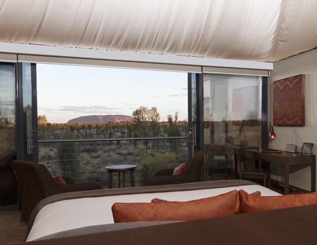 A vista para Uluru do alto de uma cama king-size