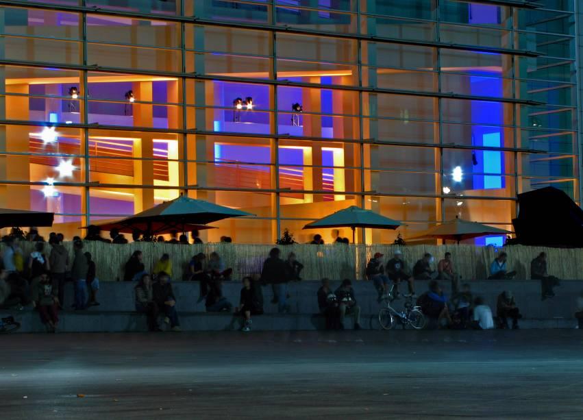 """O bairro passou de um reduto de imigrantes à uma das zonas mais hipsters e descoladas da Cidade Antiga. Bares moderninhos e """"sujinhos"""" compartilham as mesmas calçadas com restaurantes veganos e de comida """"não mediterrânea"""". Os preços são convidativos. Outro point do Raval é o MACBA (Museu de Arte Contemporânea de Barcelona), que têm a sua fachada plana e com corrimões movimentada vinte e quatro horas por dia por skatistas e admiradores. Os fãs do filme """"Vicky Cristina Barcelona"""" podem reconhecer a região."""