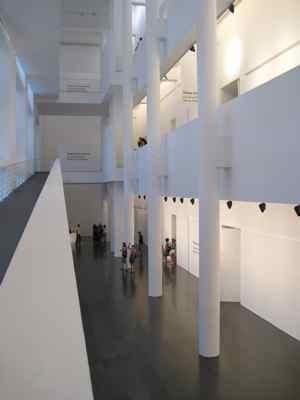 O MACBA, museu de arte contemporânea: só a arquitetura, vale a visita