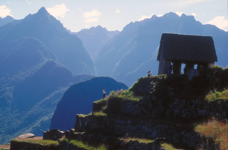 Do alto da Casa do Vigia, em Machu Picchu, turistas observam entorno do Vale do Rio Urubamba