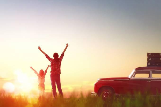 Mãe e filha viajam de carro por do sol