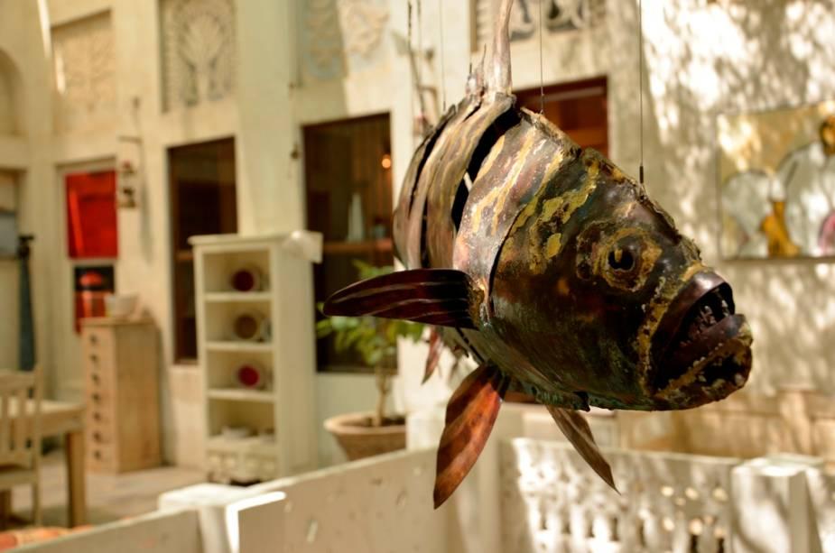 """<a href=""""http://viajeaqui.abril.com.br/cidades/emirados-arabes-unidos-dubai"""" rel=""""Dubai"""" target=""""_blank"""">Dubai</a> possui dezenas de pequenas e simpáticas galerias de arte com produtos criados por artistas vindos de todo o mundo, como a Majlis Gallery de Bastakiya"""