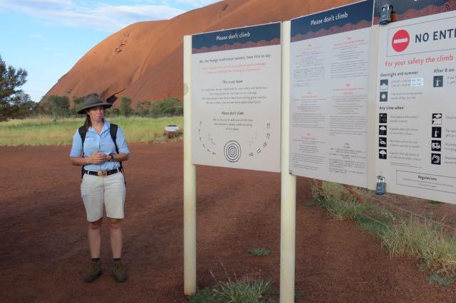 Apelos para que você não escale Uluru estão para todos os lados. Trata-se de um lugar sagrado, assim como catedrais, mesquitas, sinagogas, templos hinduístas e budistas... Se você vai a Uluru apenas com a intenção de escalar (muita gente só descobre que não é exatamente recomendável chegando lá), repense.