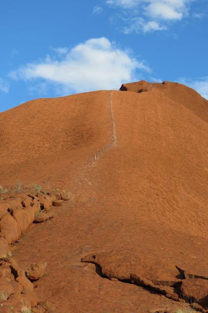 A rota para escalar, marcada com uma espécie de corrimão no trecho inicial. Não parece tão difícil, mas muita gente já acabou se dando mal lá em cima.