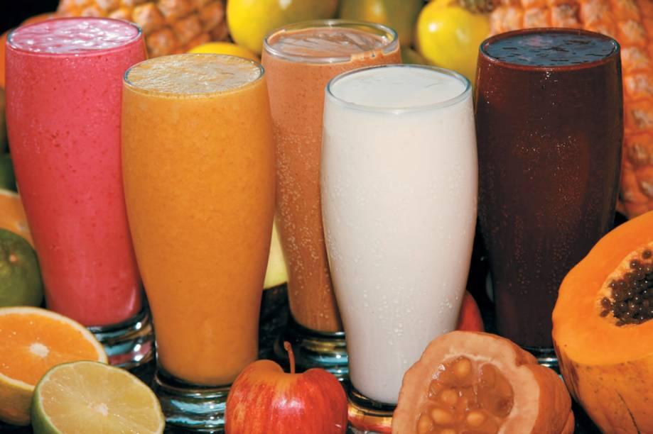 """Sucos de graviola, leite (branco), guaraná especial (cinza), taperebá (amarelo), açaí, vitamina mista (rosa), da <a href=""""http://skinadossucos.com.br/"""" rel=""""Skina dos Suco"""" target=""""_blank"""">Skina dos Suco</a>, Manaus, Amazonas"""