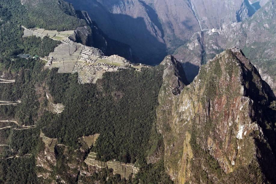 Vista aérea de Machu Picchu (montanha velha, em quéchua), com Huayna Picchu (montanha jovem) em primeiro plano