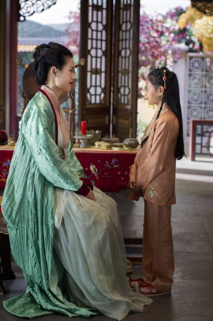 A concubina Mei Ling (interpretada pela canadense Olivia Cheng): na série, ela luta kung fu totalmente nua contra três soldados