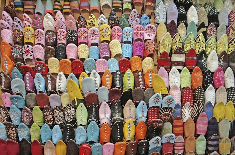 No mercado da cidade, vendedores expõem centenas de pares de sapatos típicos