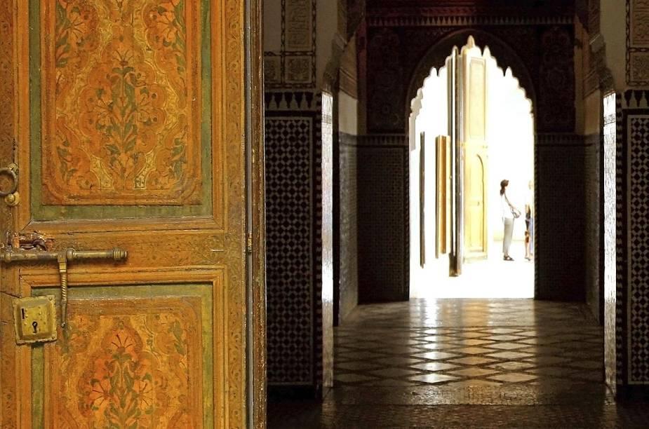 Entrada de uma construção típica do Marrocos: portas grossas e pesadas dão acesso a pátios iluminados