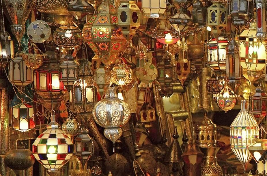 Lâmpadas tipicamente árabes são expostas no mercado da cidade e fazem a alegria de turistas