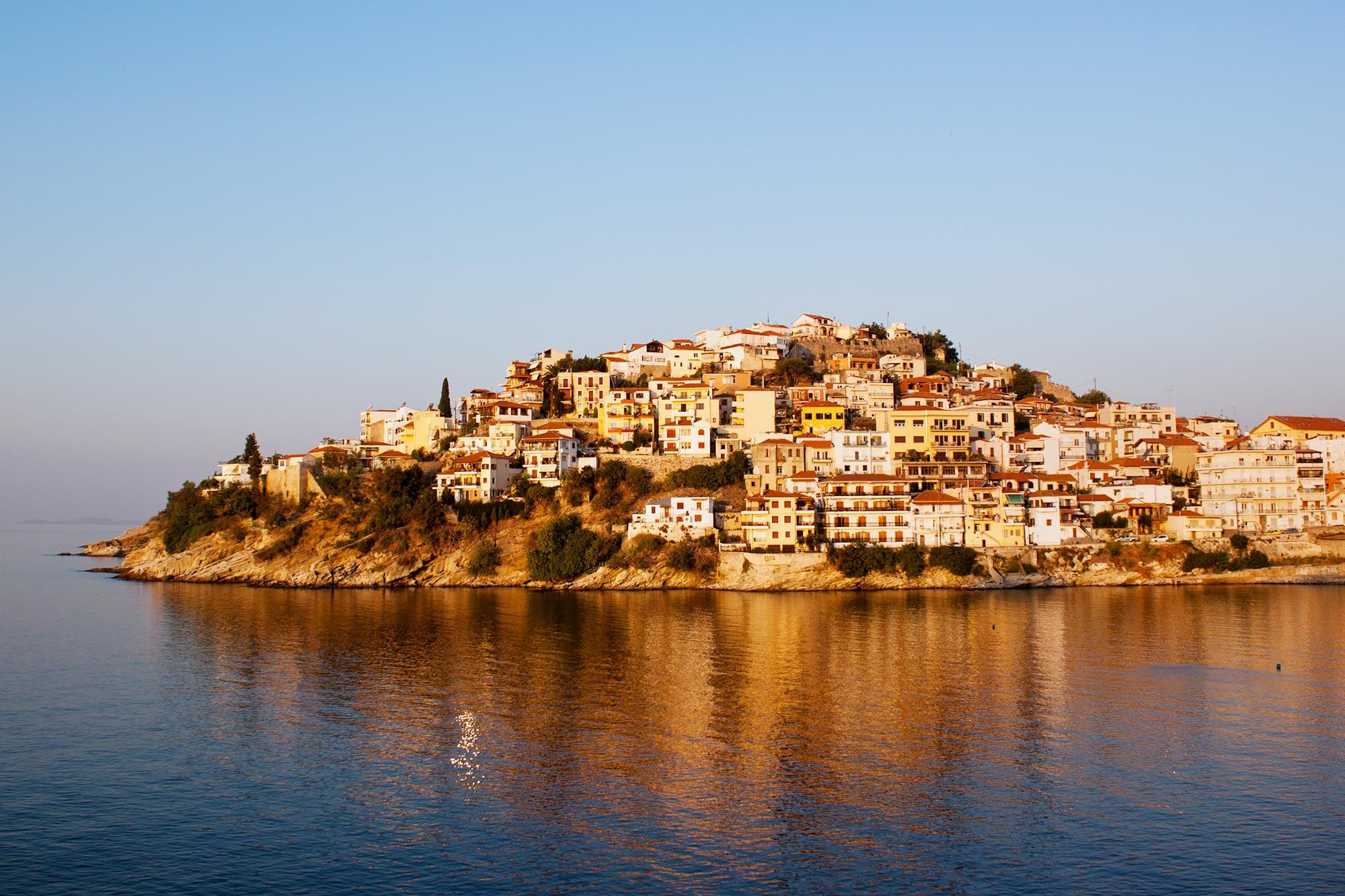 Por do sol dourado na ilha de Kavala, Grécia