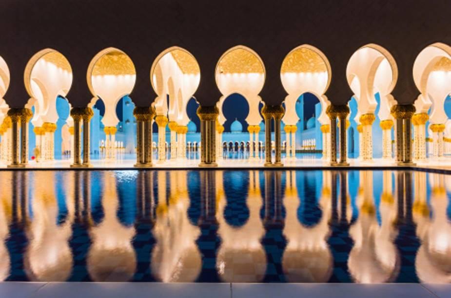 A Mesquita Sheikh Zayed ganha outras feições à noite, quando o clima está mais ameno para passeios ao ar livre. A Mesquita é a única na cidade que pode ser visitada por turistas