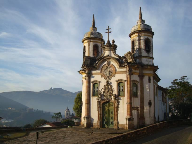 A fachada da Igreja de São Francisco de Assis, em Ouro Preto (MG), é uma obra-prima da arquitetura colonial mineira. O conjunto representa o casamento perfeito entre Aleijadinho e Mestre Ataíde.