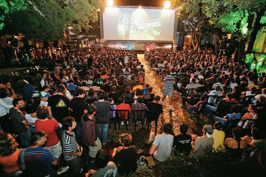 No mês de janeiro, amantes do cinema invadem o centrinho de Tiradentes (MG) para assistir a películas nacionais inéditas na Mostra de Cinema da cidade