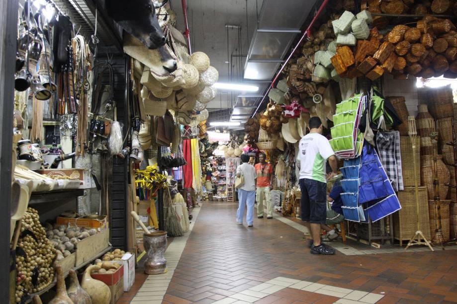 Não é exagero dizer que, nas 450 barracas no Mercado Central de Belo Horizonte (MG), vende-se de tudo. Há turistas procurando delícias tipicamente mineiras e mineiros abastecendo a casa de legumes, frutas e... delícias tipicamente mineiras!