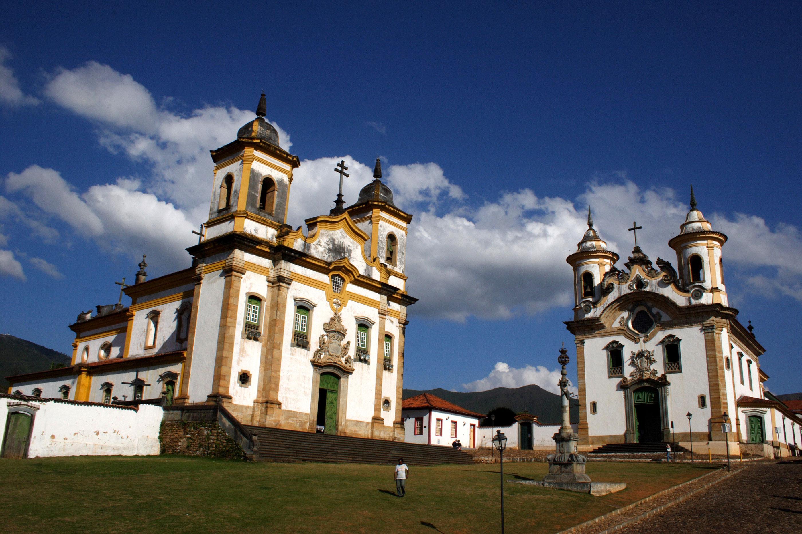 Igrejas de São Francisco de Assis (à esquerda), de Nossa Senhora do Carmo, e o Pelourinho da Praça Minas Gerais, em Mariana, Minas Gerais