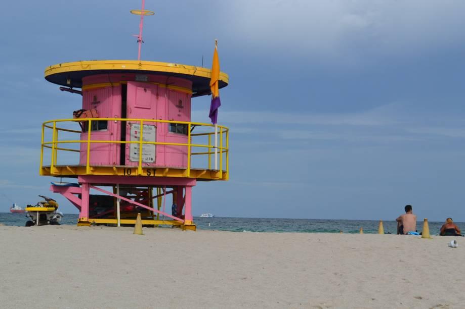 Guarita salva-vidas colore a areia branca de Miami Beach
