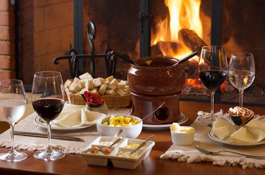 Mesa de fondue na Pousada Mirante da Colyna: prato icônico nas hospedagens e restaurantes do distrito