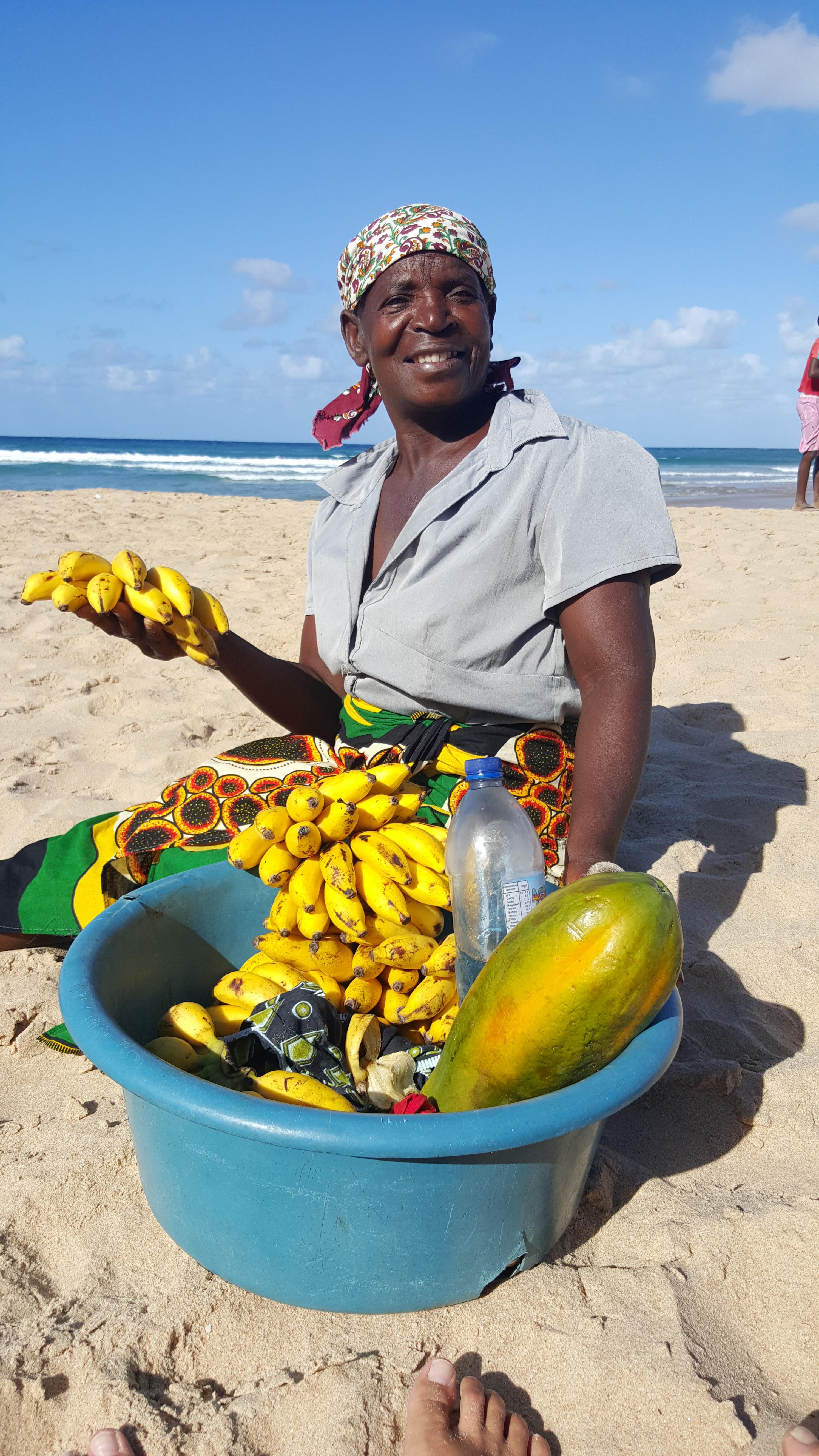 Rosália, a vendedora de frutas que me abasteceu durante minha temporada na Praia do Tofo: um país se faz de pessoas antes de mais nada