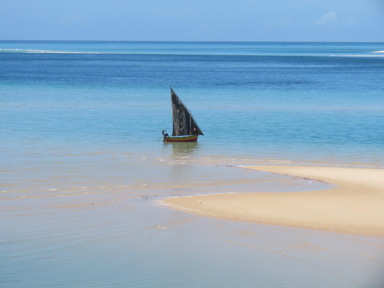 Veleiro à moda antiga (dhow) no arquipélago de Bazaruto