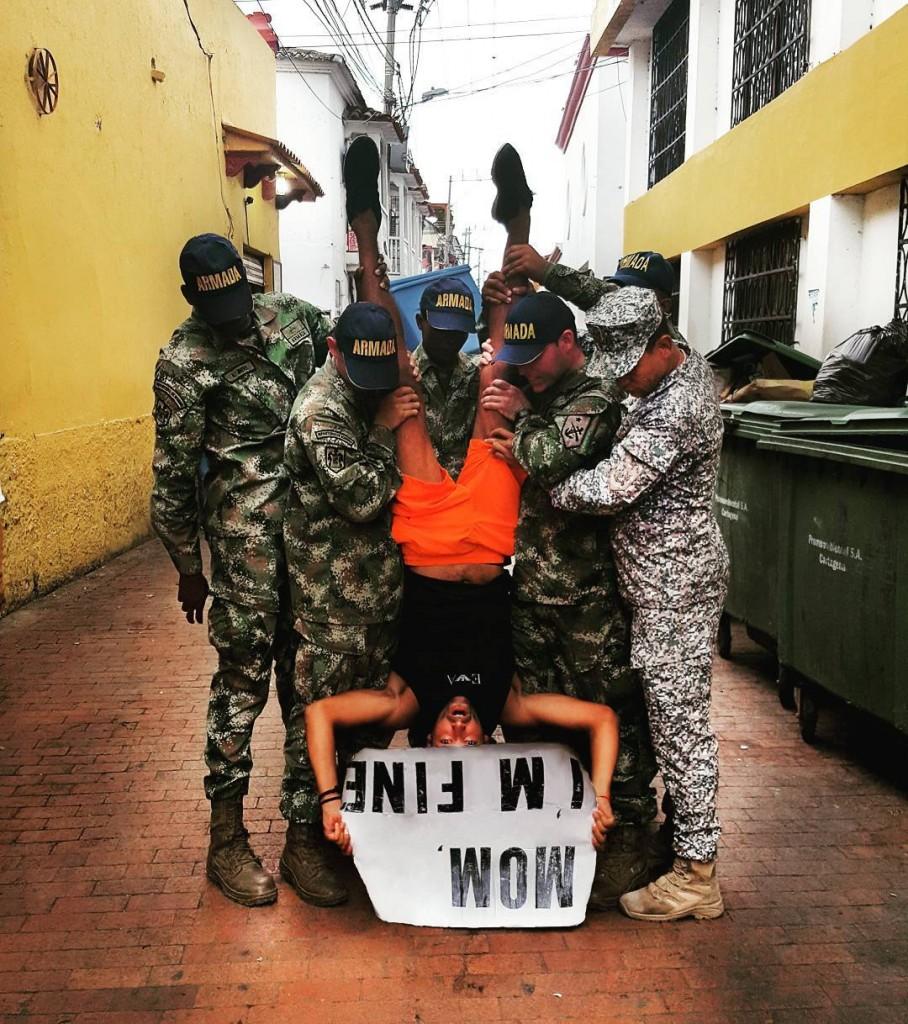 Em uma foto posada com a polícia em Cartagena, na Colômbia. (Foto: Reprodução/ Instagram)