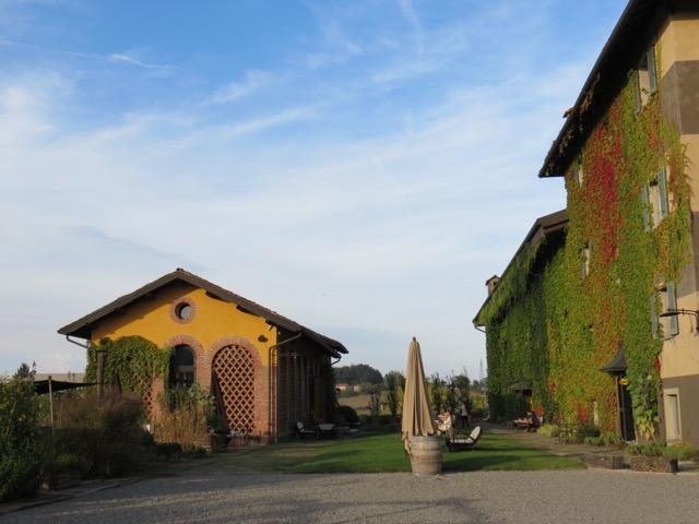 O edifício da esquerda é o La Gallina