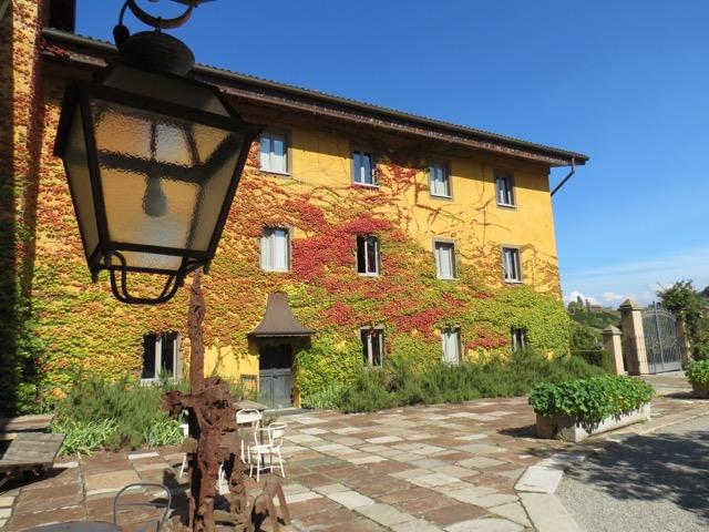 A fachada do hotel no começo do outono