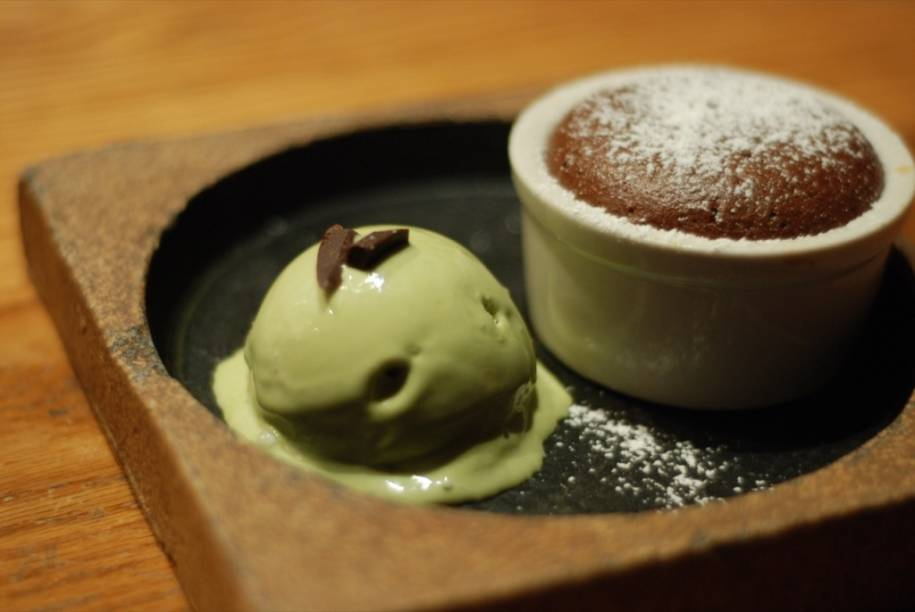 """Quando o inverno passa e está quente demais para tomar chá quente, os japoneses pegam a parte mais nobre das folhas, reservadas para a cerimônia do chá, e a transformam num sorvete singular. Cafeterias ao longo do Caminho do Filósofo, em <a href=""""http://viajeaqui.abril.com.br/cidades/japao-kyoto"""" rel=""""Kyoto"""" target=""""_blank"""">Kyoto</a>, é um dos muitos lugares onde se pode apreciar a iguaria"""