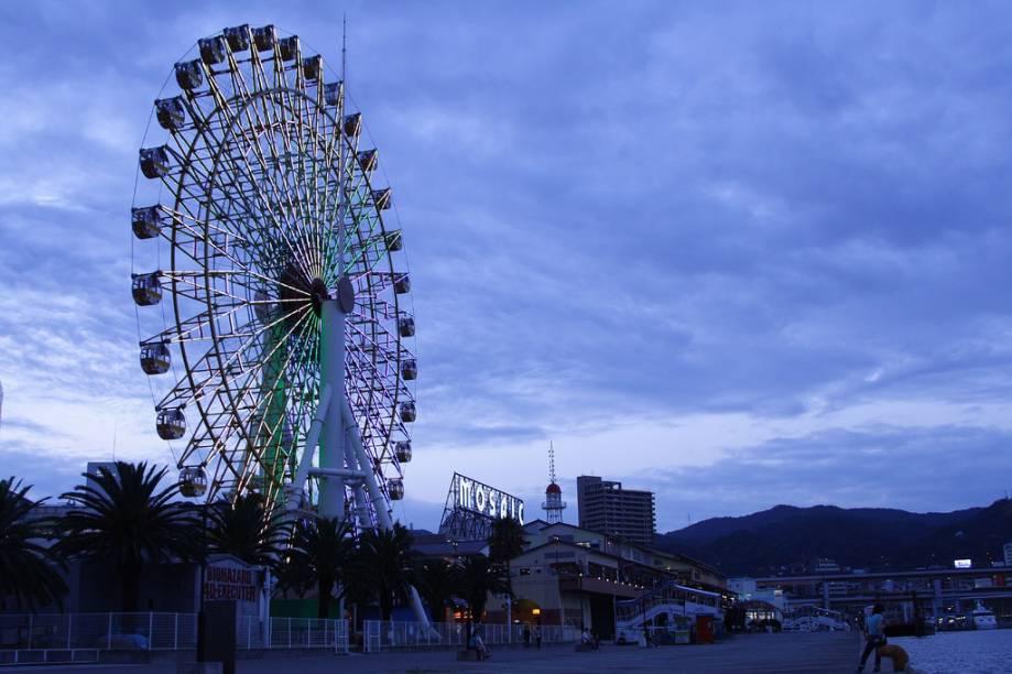 Roda-gigante no pier junto ao centro de entretenimento e lazer Mosaic, em Kobe