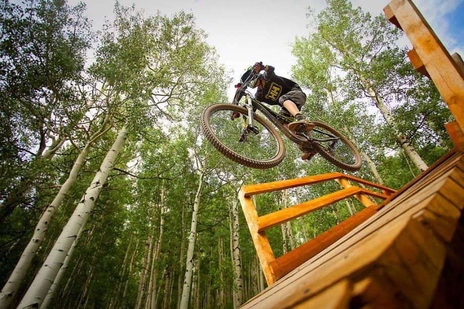 Mountain Bike em Aspen-Snowmass. Durante o verão, a região fica repleta de turistas, que desejam se arriscar em meio às trilhas locais