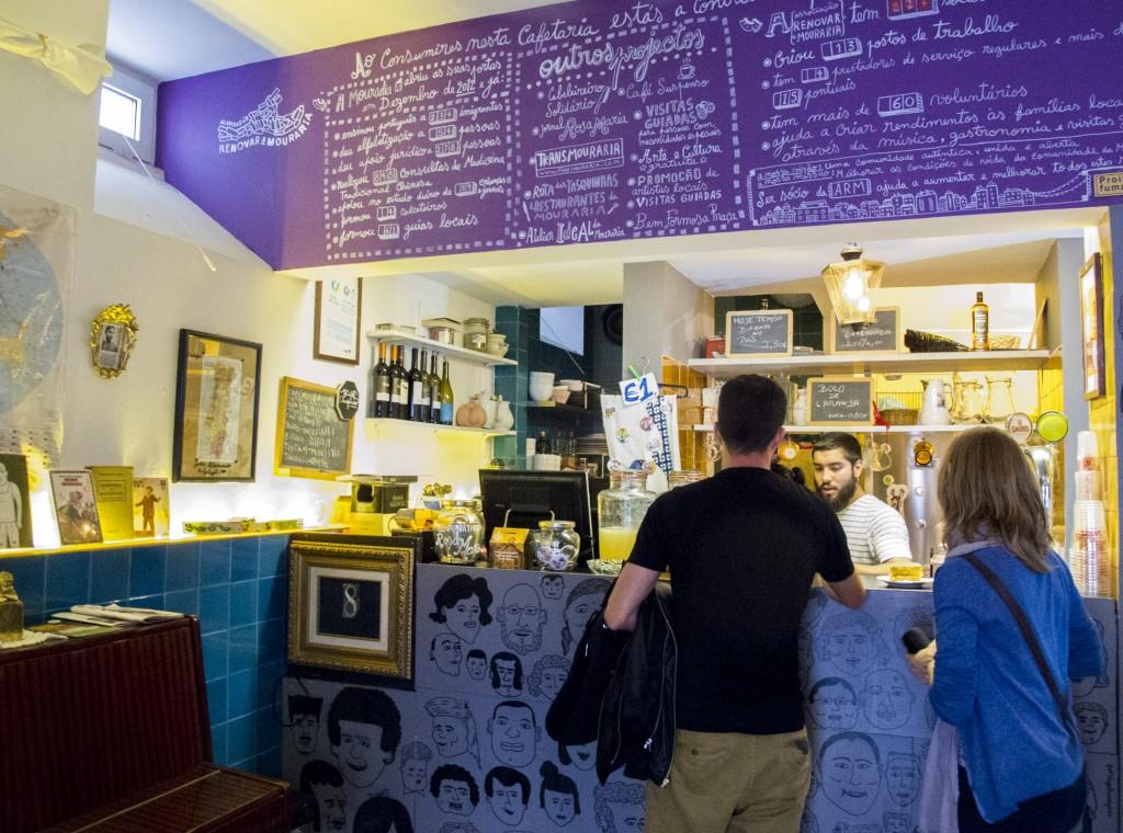 A cafeteria serve diversos petiscos e bebidas (Foto: Ora, Pois!)