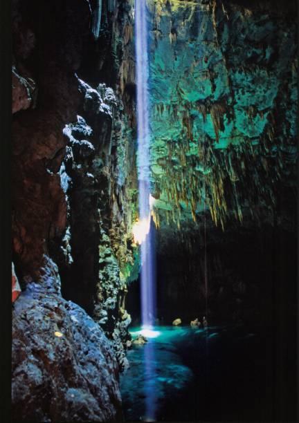 A maior caverna submersa do mundo fica em Bonito (MS). O Abismo Anhumas é uma cratera de 72 m de profundidade que abriga um lago de águas cristalinas