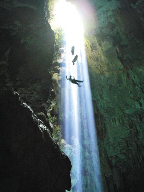 O programa completo no Abismo Anhumas, em Bonito (MS), combina rapel com mergulho