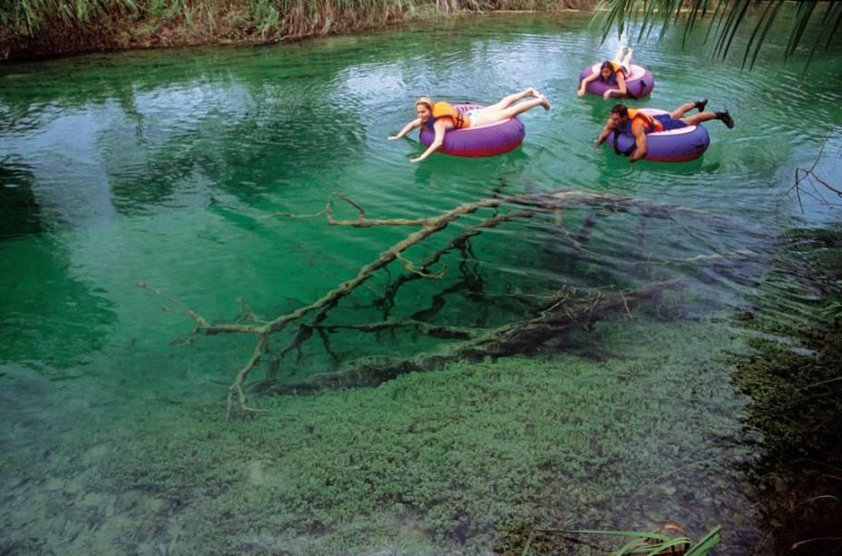 Turistas praticando boia-cross, Bonito (MS)
