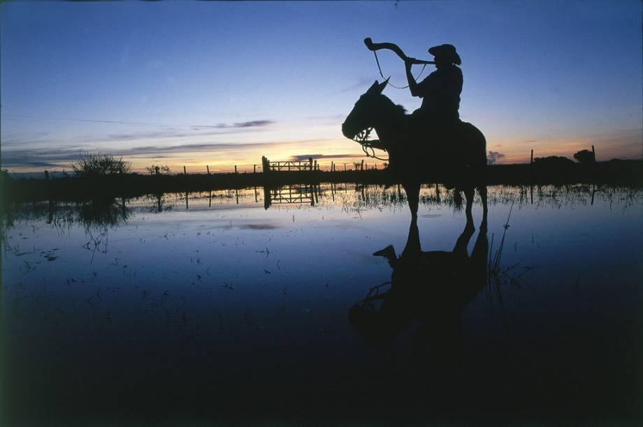 O pantaneiro está extremamente ligado à maior planície inundável do planeta. Sistemático, e sempre acompanhado de seu chapéu, seu machete e seu cavalo, para o que estiver fazendo para tomar um tereré e contar os causos que acontecem no Pantanal (MT e MS)