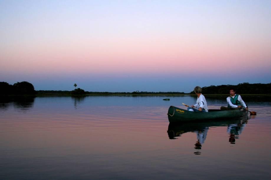 Após um dia cansativo, hóspedes do Refúgio Ecológico Caiman curtem o pôr do sol. O evento se torna ainda mais bonito na estação da cheia no Pantanal, graças ao espelho formado pela água, qua inunda a planície