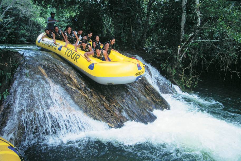 Bonito (MS) não vive só de águas cristalinas. O Passeio de bote no Rio Formoso desce três cachoeiras e duas corredeiras por cerca de 1h30, com parada para banho