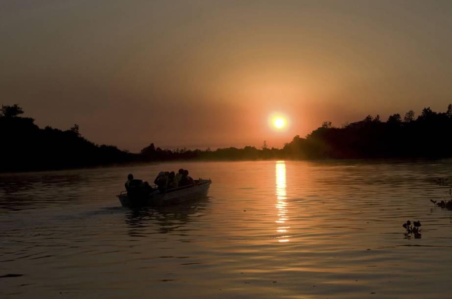 Após observar garças, socós, jacarés, capivaras e muitos outros animais em um passeio de barco, não há nada melhor do que curtir o pôr do sol no Pantanal (MT e MS)