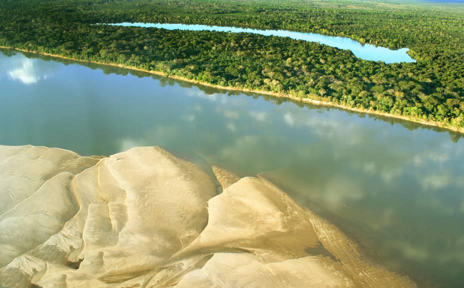 O Rio Araguaia marca a divisa entre Mato Grosso, Goiás e Tocantins. É procurado por turistas que querem conhecer suas praias
