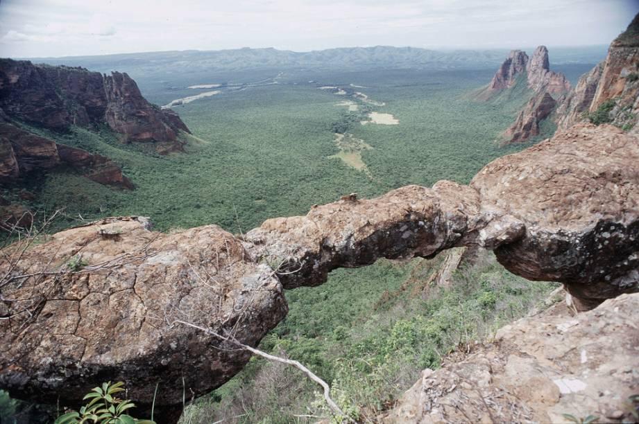 Com enormes formações rochosas de arenito, belos rios e cachoeiras emblemáticas, o Parque Nacional da Chapada dos Guimarães (MT) é uma das principais atrações do cerrado brasileiro
