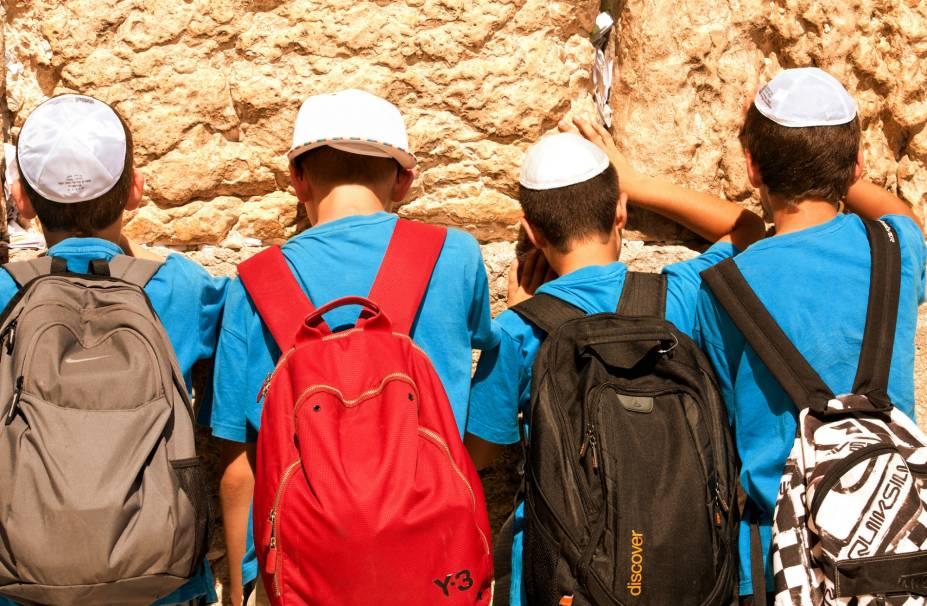 Garotos rezam no muro das Lamentações, em Jerusalém