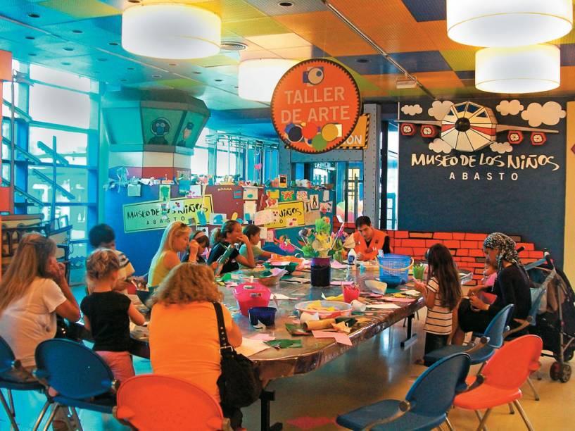 """Crianças na oficina de arte no Museo de los Niños; <a href=""""http://viajeaqui.abril.com.br/materias/buenos-aires-para-criancas"""" rel=""""veja mais dicas de atrações para crianças em Buenos Aires"""">veja mais dicas de atrações para crianças em Buenos Aires</a>"""