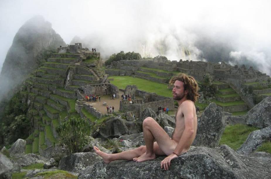 """Em 2014 alguns turitas foram flgradaos se fotografando pelados em Machu Picchu (<a href=""""http://viajeaqui.abril.com.br/materias/turistas-se-fotografam-pelados-no-machu-picchu"""" rel=""""LEIA MAIS"""" target=""""_blank"""">LEIA MAIS</a>)"""