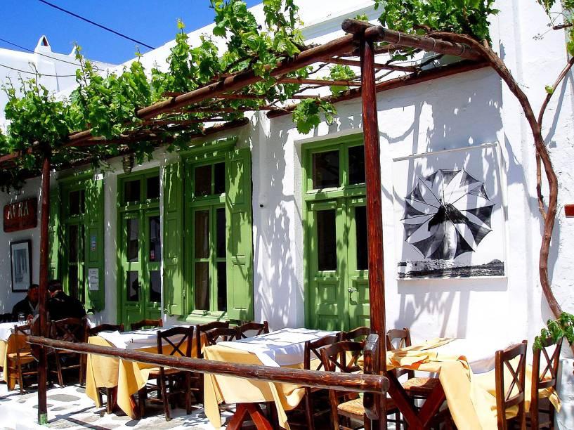 Um pequeno e charmoso café em Mykonos, uma das ilhas cíclades