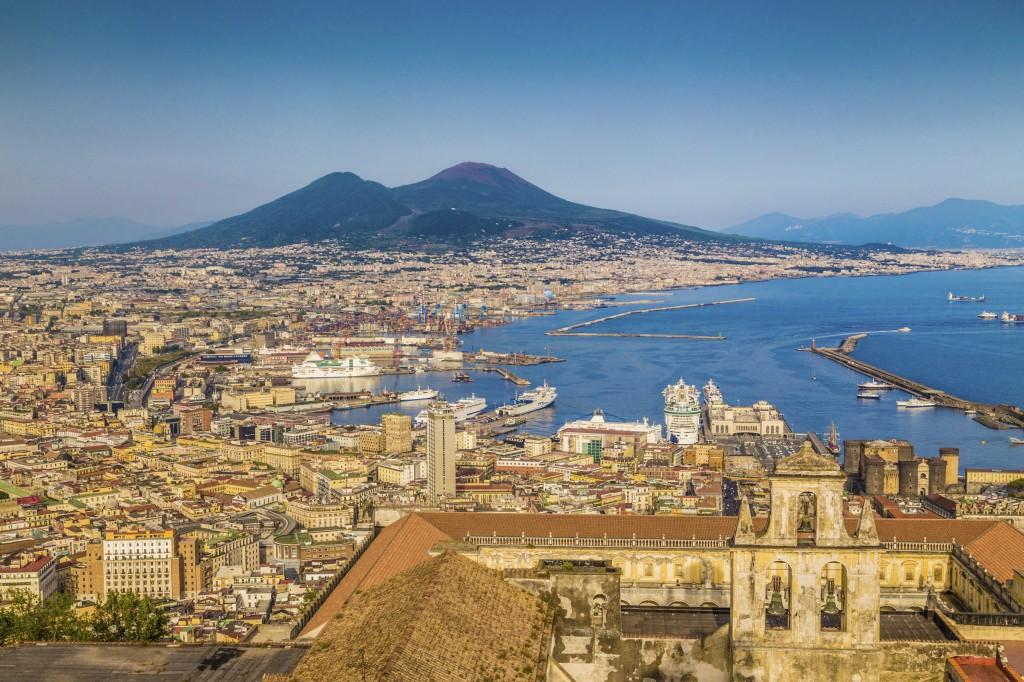Vista do porto de Nápoles, lugar de trocas comerciais e culturais ao longo dos séculos (foto: iStock)