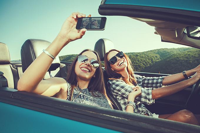 Mulheres viajam de carro