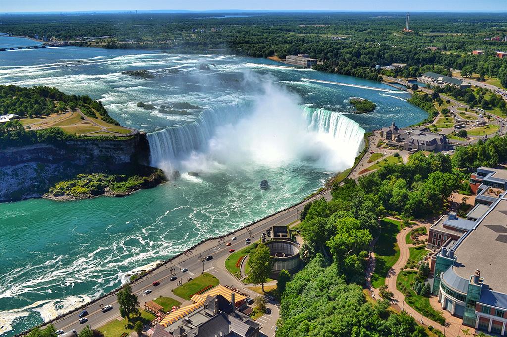 Estados Unidos e Canadá dividem as majestosas Cataratas do Niagara, da mesma forma que Brasil e Argetina fazem com as Cataratas do Iguaçu. Mas ninguém melhor que canadenses e norte-americanos para transformar a beleza natural em uma lucrativa atração turística. Há inúmeras formas de conhecer as cataratas: passeios de barco, torres de observação, escadarias, elevadores que te levam bem próximo das quedas d'água e até mesmo vôos de helicóptero. Se estiver do lado canadense e quiser ver as cataratas do alto, uma boa pedida é a Skylon Tower que oferece observatório de 360 graus e a possibilidade de fazer uma foto como essa (texto e foto: Andy Spinelli)