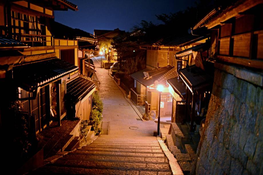 A ladeira Ninenzaka é um dos melhores passeios em Kyoto, para fazer compras, comer ou simplesmente ver pessoas