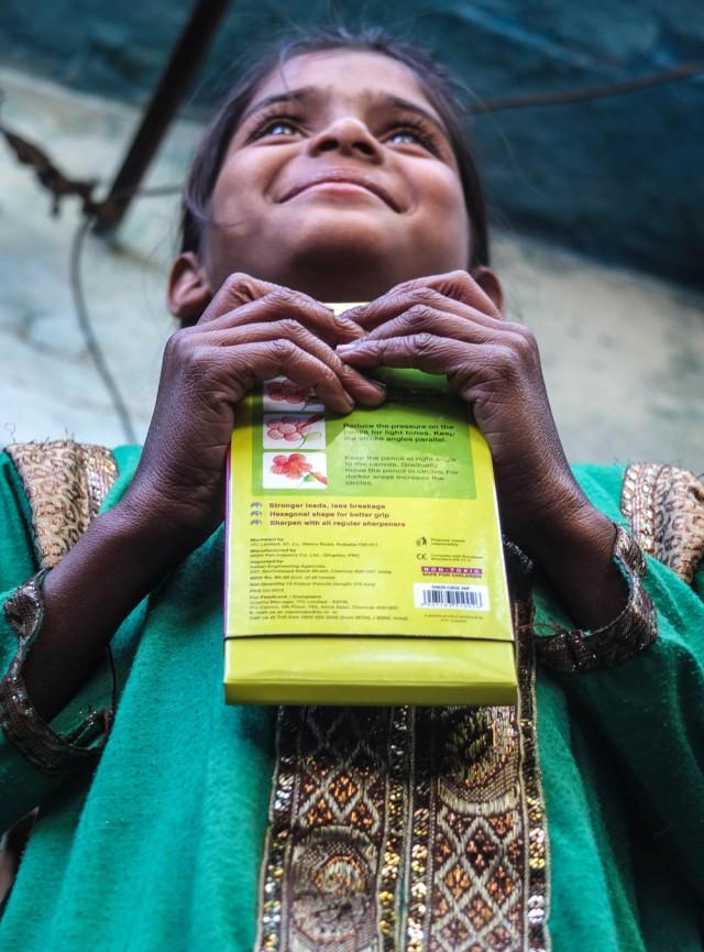 O brilho nos olhos da garota Anjeli ao receber o meu presente - ÍndiaÉ em Udaipur, na Índia! Anjeli me confessou que sonhava em ser professora, durante um papo que batemos numa feira diante da casa dela. A família me convidou pra conhecer a residência, que era basicamente um corredor de um metro de largura que terminava em um misto de cozinha e quarto coletivo. Eram três irmãos, todos donos de uma alegria contagiante. Peguei o dinheiro que tinha e comprei roupas e chocolates para os irmãos, além de caixas de lápis de cor, para Anjeli. O brilho dos olhos dela, ao receber o presente, nunca vai sair da minha cabeça.
