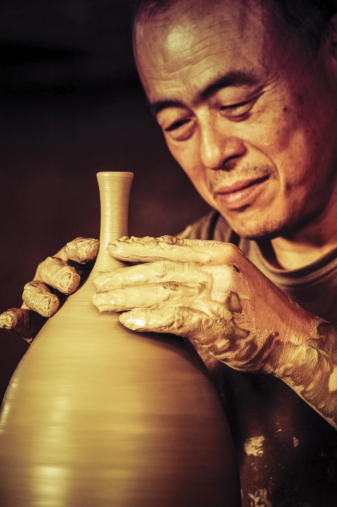 Em Atibaia, o moldar da cerâmica de Shugo Izumi